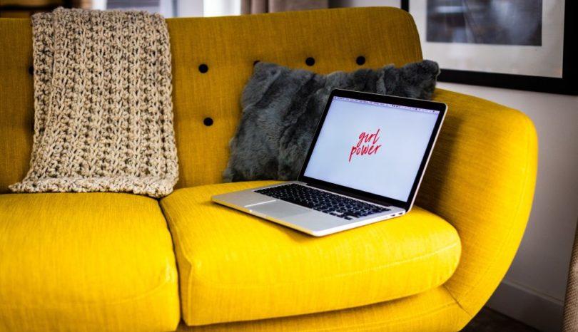 En gul sofa findes også i lige DIN stil